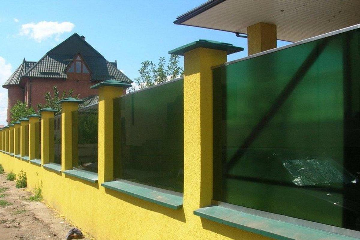 Забор из поликарбоната на кирпичных столбах